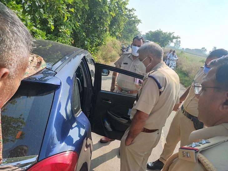 कार की जांच करते एएसपी कृष्ण लोहचब।