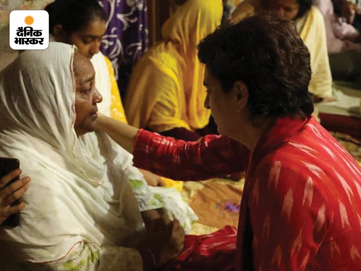 लखीमपुर खीरी में हुई हिंसा में मारे गए लोगों के परिजन से बात करतीं कांग्रेस महासचिव प्रियंका गांधी।