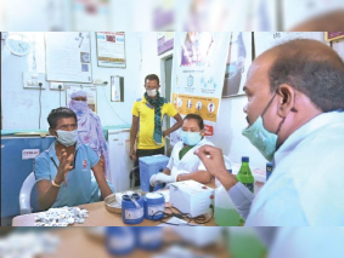 पर्यवेक्षक एसएल गंधर्व ने वैक्सीनेशन को लेकर कर्मचारियों से चर्चा की। - Dainik Bhaskar