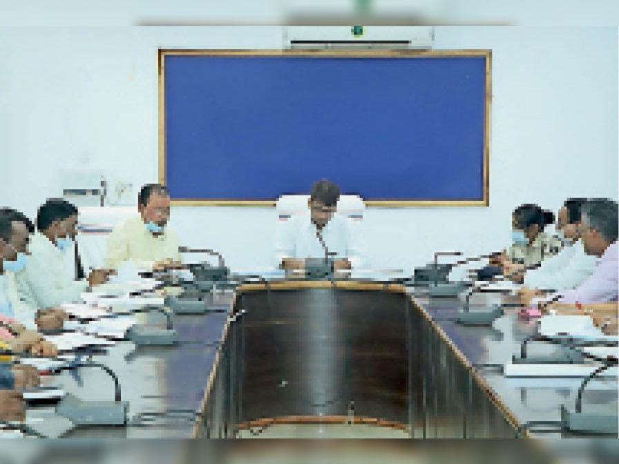 अफसरों की बैठक लेते कलेक्टर रितेश। - Dainik Bhaskar