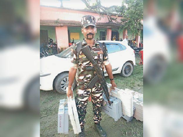 गुरुवार को गम्हरिया से ईवीएम लेकर मतदान केंद्र जाते पुलिसकर्मी। - Dainik Bhaskar