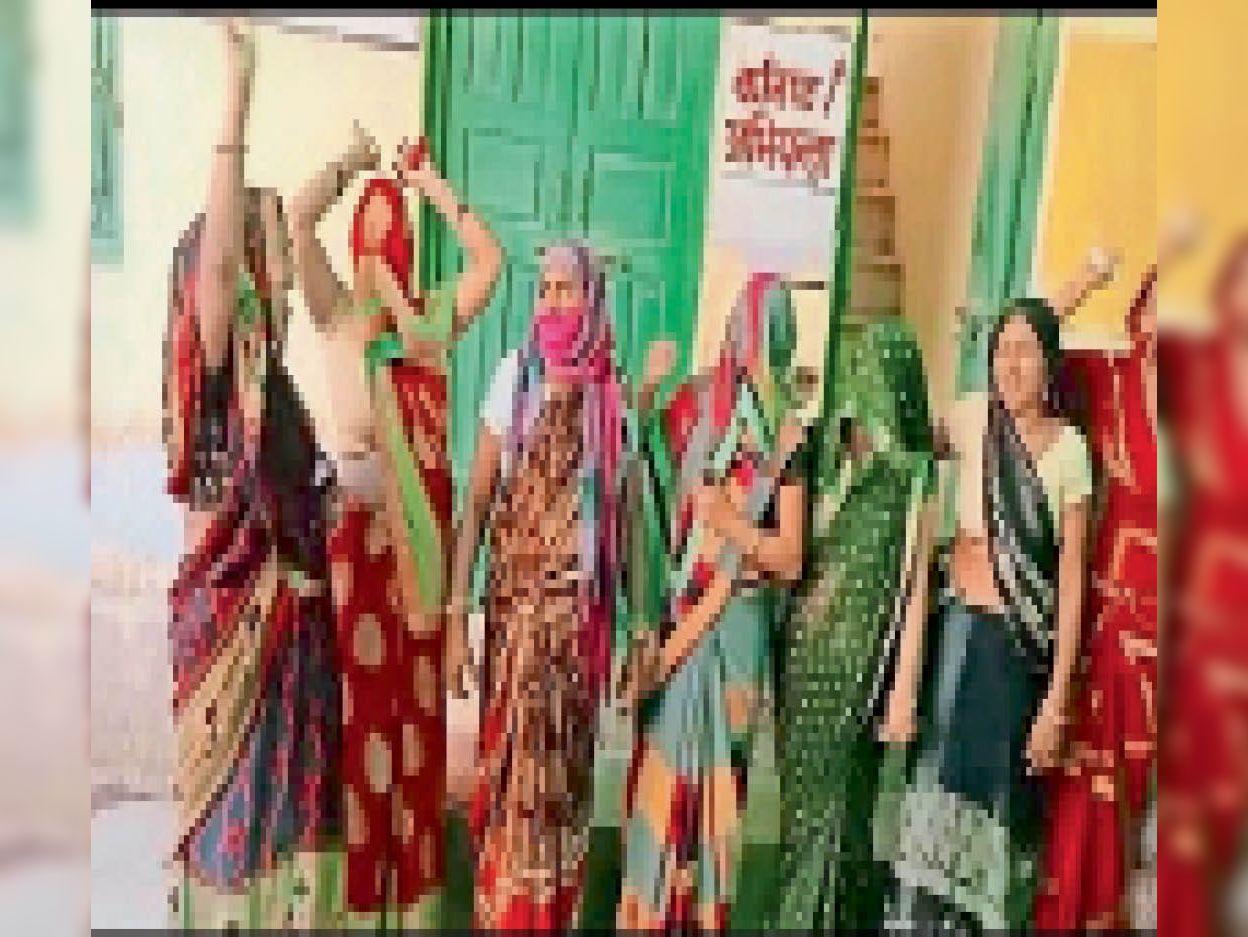 नगर. नगर पालिका पर प्रदर्शन करती महिलाएं। - Dainik Bhaskar