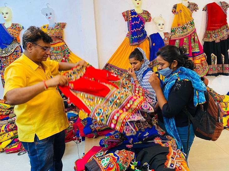 रायपुर के स्टोर्स में लोग ड्रेस लेने पहुंच रहे हैं। - Dainik Bhaskar