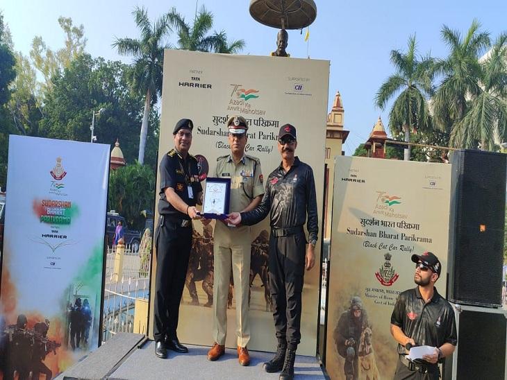 वाराणसी के पुलिस कमिश्नर ए. सतीश गणेश को स्मृति चिह्न देकर सम्मानित करते NSG के अधिकारी।