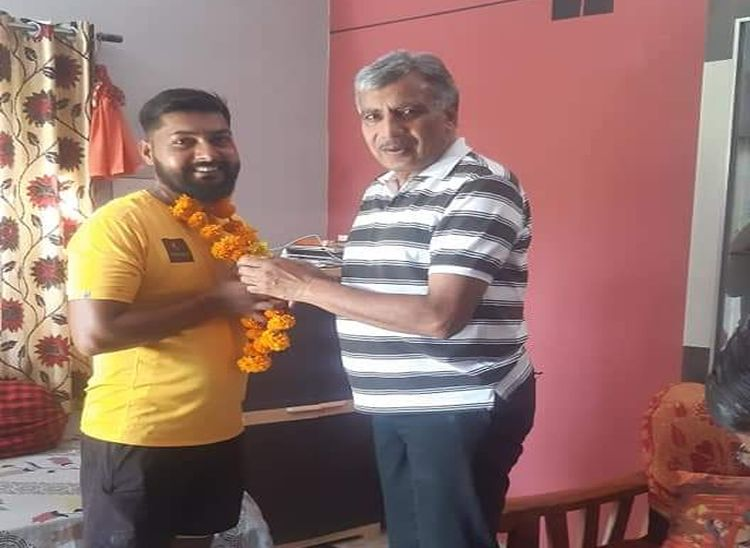 विधायक ज्ञानचंद पारख ने अभिनव को उसके घर पहुंच कर यात्रा की शुभकामना दी।