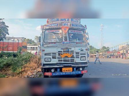 भीमपुर थाना में घटना के बाद खड़ी ट्रक। - Dainik Bhaskar
