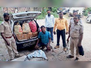 कफ सीरप व तस्कर के साथ पुलिस। - Dainik Bhaskar