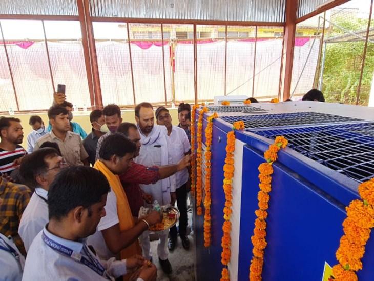 ऑक्सीजन प्लांट को शुरू करने से पहले  पूजन करते हुए। - Dainik Bhaskar