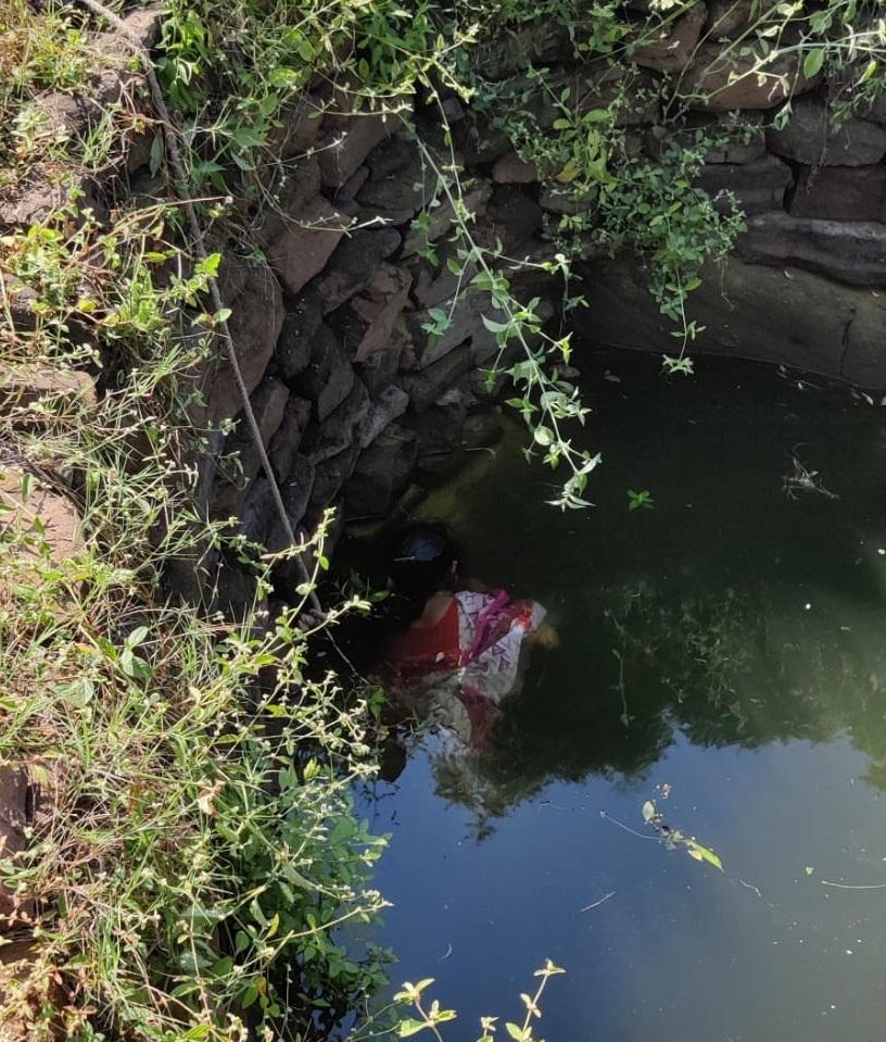 रात के समय घर में सो रही महिला सुबह बिना मुंडेर के कुएं में मिली, पैर फिसलने से गिरने की आशंका|होशंगाबाद,Hoshangabad - Dainik Bhaskar