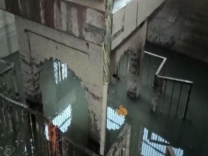 मणिकर्णिका घाट पर सीवर के गंदे पानी में डूबा हुआ महाश्मशान बाबा का मंदिर। - Dainik Bhaskar