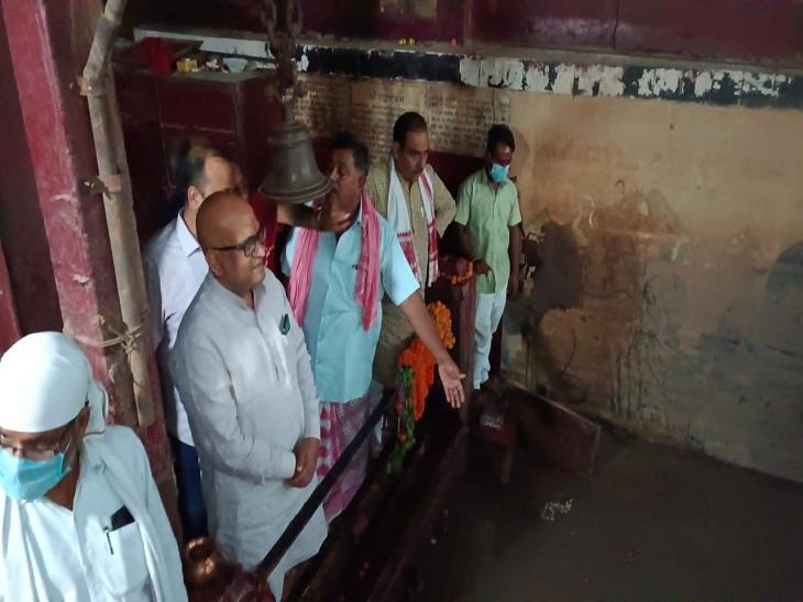 सीवर के गंदे पानी में डूबे महाश्मशान बाबा मंदिर के समीप खड़े कांग्रेस के नेता।
