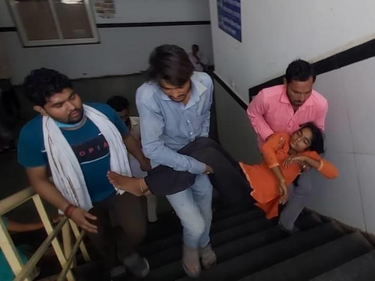 गोद में लेकर पांच मंजिल चढ़ रहे हैं परिजन - Dainik Bhaskar