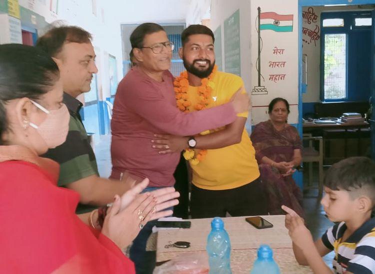 पाली के वीडी नगर स्थित चीमाबाई संचेती स्कूल में आयोजित कार्यक्रम में अभिनव को यात्रा के लिए रवाना करते हुए।
