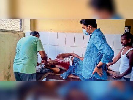 चौसा अस्पताल में घायल का इलाज करते चिकित्सक। - Dainik Bhaskar