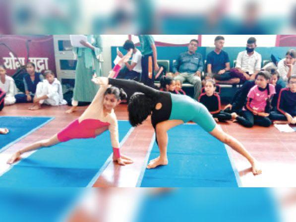 द्रोण स्टेडियम योग प्रतियोगिता में हिस्सा लेते प्रतिभागी। - Dainik Bhaskar