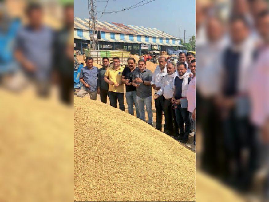 इस्माइलाबाद में धान की खरीद करते खरीद एजेंसियों के अधिकारी, किसान व आढ़ती। - Dainik Bhaskar