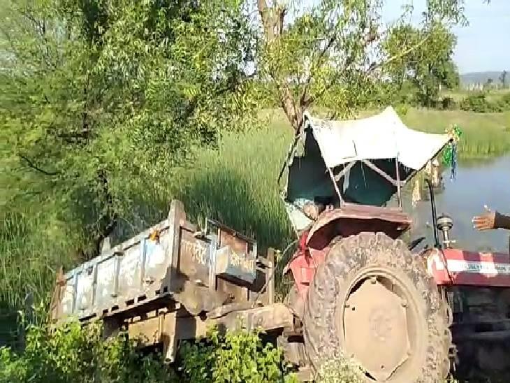 अनियंत्रित होकर नदी की ओर पलटा ट्रक - Dainik Bhaskar