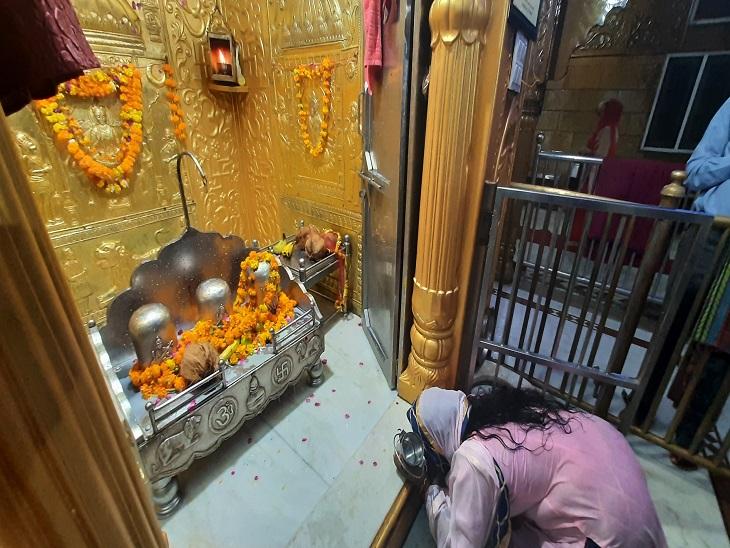 मां लौंगां देवी मंदिर में स्थापित पिंडी स्वरूपों के समक्ष नतमस्तक होती महिला। - Dainik Bhaskar