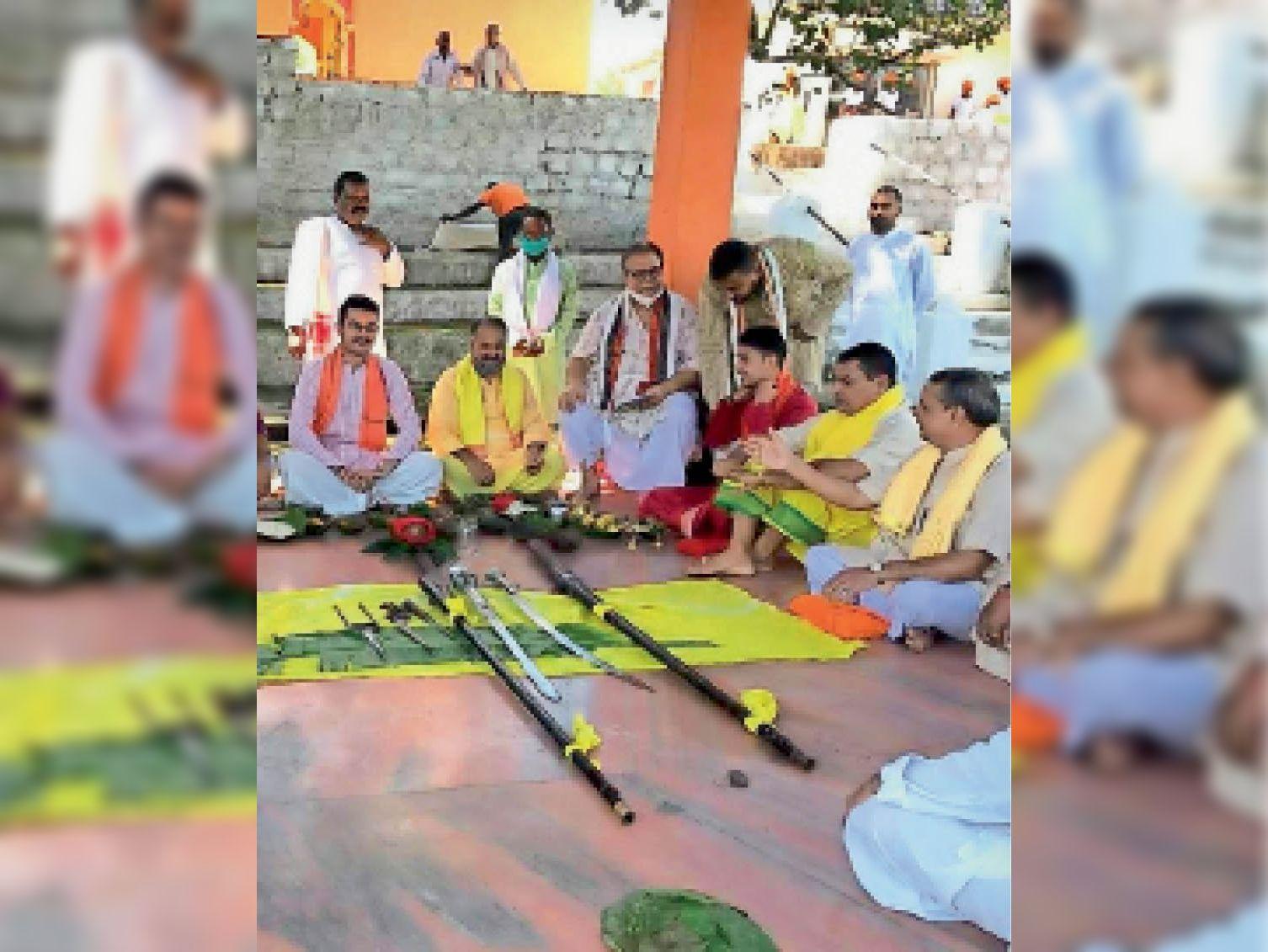 शस्त्रपूजा में शामिल राजपरिवार के सदस्य व राजपुरोहित। - Dainik Bhaskar