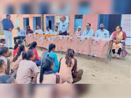 बांदीकुई| लायंस क्लब के जागरूकता कार्यक्रम को संबोधित करते पदाधिकारी। - Dainik Bhaskar