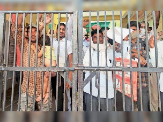 लालसोट अस्पताल का गेट बंद कर विरोध प्रदर्शन करते मरीज। - Dainik Bhaskar