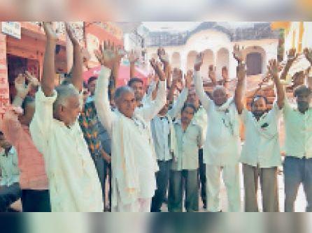 दौसा ग्रामीण| बिजली कटौती के विरोध में प्रदर्शन करते हुए लोग। - Dainik Bhaskar