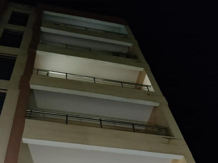 इस इमारत से कूदकर दी जान।