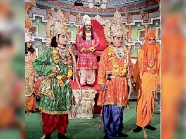 सवाई माधोपुर। शहर के रामलीला मैदान में चल रही रामलीला में लीला का मंचन करते स्थानीय कलाकार। - Dainik Bhaskar
