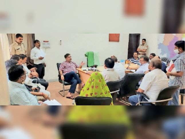सवाई माधोपुर। जिला परिषद सभागार में अधिकारियों की बैठक लेते विधायक दानिश अबरार। - Dainik Bhaskar