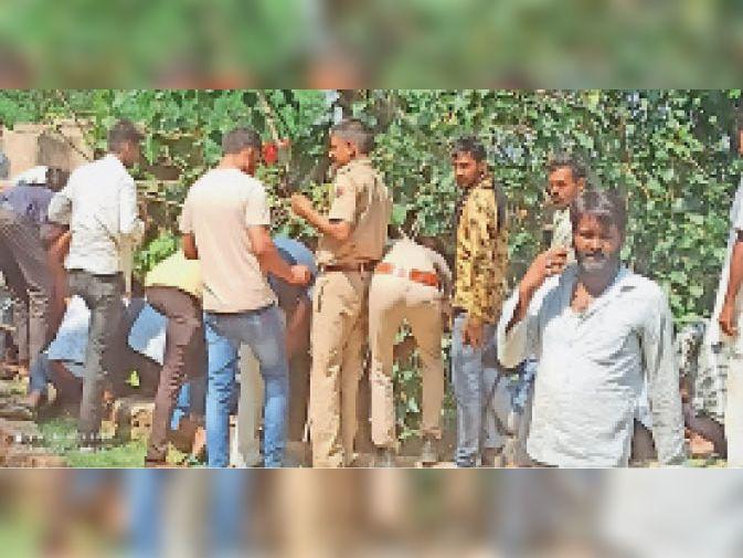निवाई। कुएं में युवक का शव मिलने के बाद कार्रवाई करती पुलिस। - Dainik Bhaskar