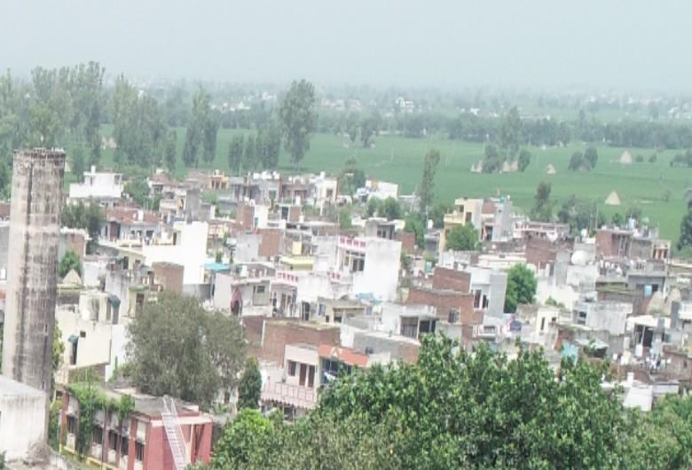 गांव में बने मकान। - Dainik Bhaskar