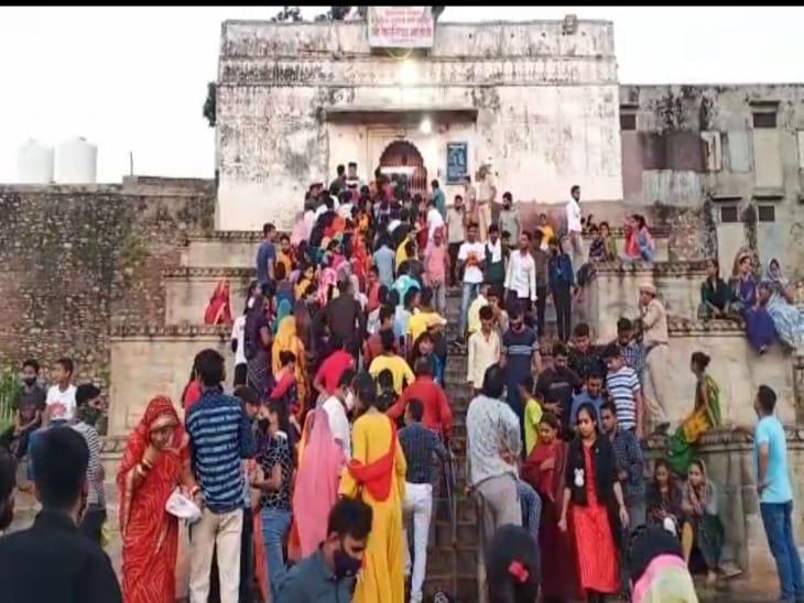 मंदिर बंद होने के बाद भी हजारों श्रद्धालु पहुंचे,नवरात्रा के पहले दिन कालिका माता के मंदिर में हुई घट स्थापना, पुलिस जाब्ता रहा तैनात|चित्तौड़गढ़,Chittorgarh - Dainik Bhaskar