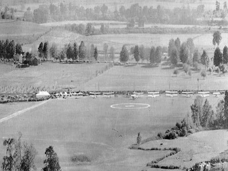 एयर रेस के पहले दिन वेस्ट एंडीकोट एयर फील्ड पर खड़े विमान।
