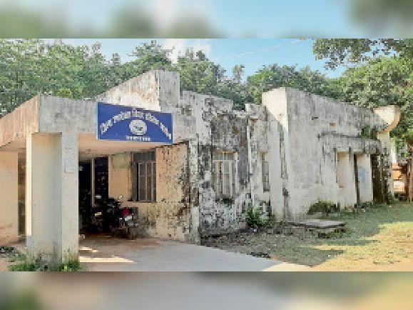 सदस्यों के अभाव में सुनसान पड़ा जिला उपभोक्ता विवाद आयोग न्यायालय। - Dainik Bhaskar