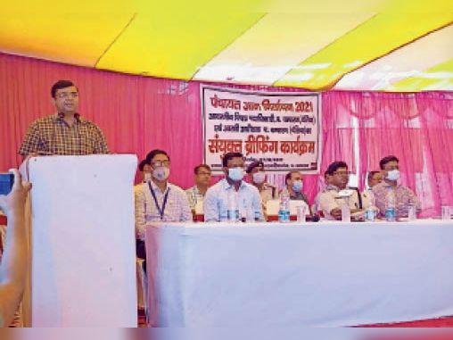 कर्मियों को निर्देश देते जिला पदाधिकारी व उपस्थित अन्य। - Dainik Bhaskar