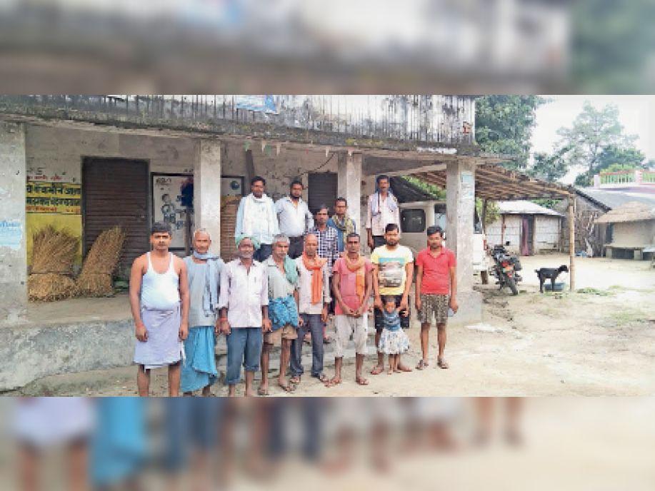 बूथ को लेकर कतकी सामुदायिक केंद्र पर प्रदर्शन करते ग्रामीण। - Dainik Bhaskar