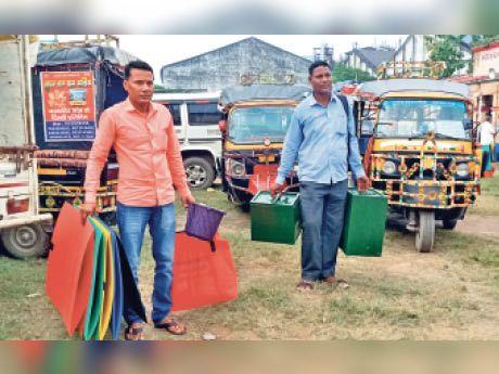 बैलेट बॉक्स लेकर जाते कर्मी। - Dainik Bhaskar