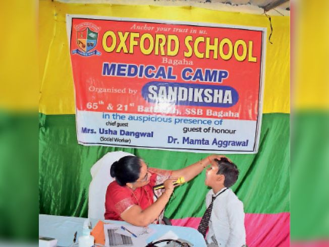 बच्चे का स्वास्थ्य परिक्षण करती डॉक्टर। - Dainik Bhaskar