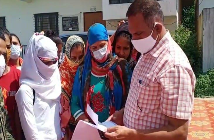 अस्थाई नर्सिंग कर्मचारियों ने जिला कलेक्टर ताराचंद मीणा को सौंपा ज्ञापन।
