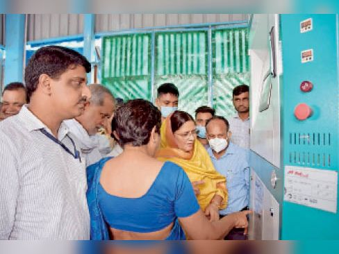 कैथल| ऑक्सीजन प्लांट के बारे मे जानकारी लेतीं राज्यमंत्री कमलेश ढांडा। - Dainik Bhaskar