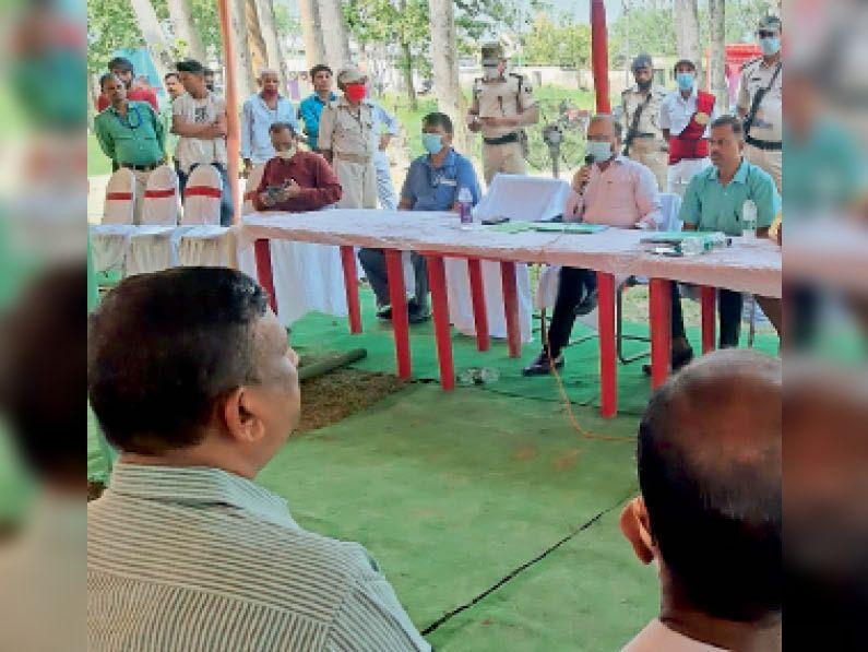 फुलपरास में मतदान कर्मिियों को संबोधित करते डीएम। - Dainik Bhaskar