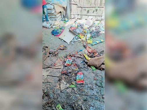 गोदाम में जला हुआ सामान। - Dainik Bhaskar