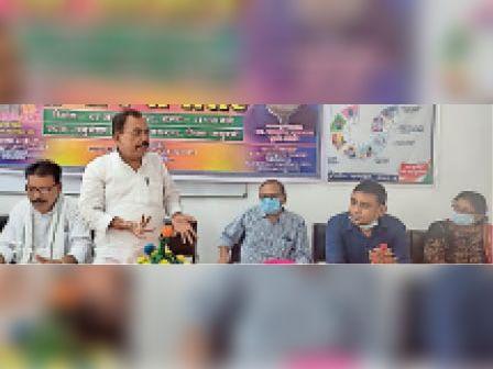 हेल्थ वर्कर्स सम्मान समारोह को सम्बोधित करते मंत्री। - Dainik Bhaskar