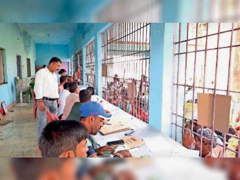पंचायत चुनाव को लेकर नाजिर रसीद कटाने को लेकर उमड़ी प्रत्याशियों की भीड़। - Dainik Bhaskar