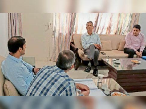 महेंद्रगढ़ रोड के निमार्ण के लिए अधिकारियों से बात करते हुए विधायक। - Dainik Bhaskar