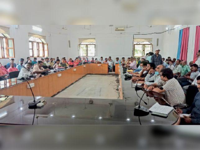राधा कृष्ण भवन में ईवीएम रिसिविंग दल की ब्रीफिंग करते अधिकारी। - Dainik Bhaskar