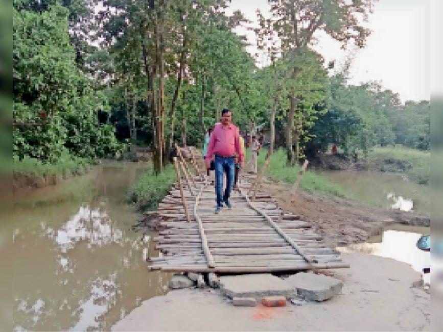 डेढ़ किमी पैदल चचरी पुल से चलकर जाते सीओ। - Dainik Bhaskar