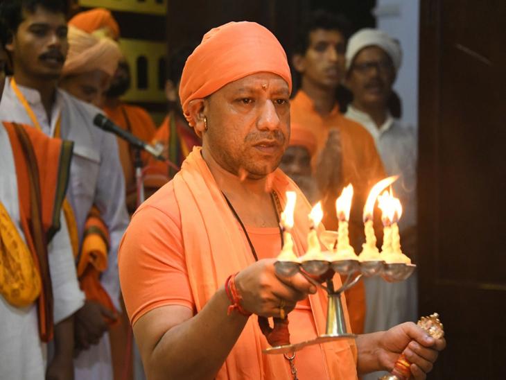 गोरखनाथ मंदिर के शक्तिपीठ में किए कलश स्थापना, गोरक्षपीठाधीश्वर योगी आदित्यनाथ ने की मॉ शैलपुत्री की अराधना|गोरखपुर,Gorakhpur - Dainik Bhaskar