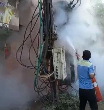 बिजली ट्रांसफार्मर की आग बुझाते कर्मचारी। - Dainik Bhaskar