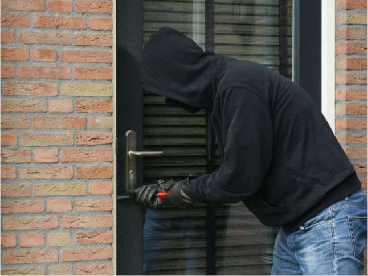 चोरों की आहट को बिल्ली समझकर सो गए घर के बुजुर्ग, छत के रास्ते से घुसे चोर और सोने-चांदी के जेवर ले गए|भिंड,Bhind - Dainik Bhaskar